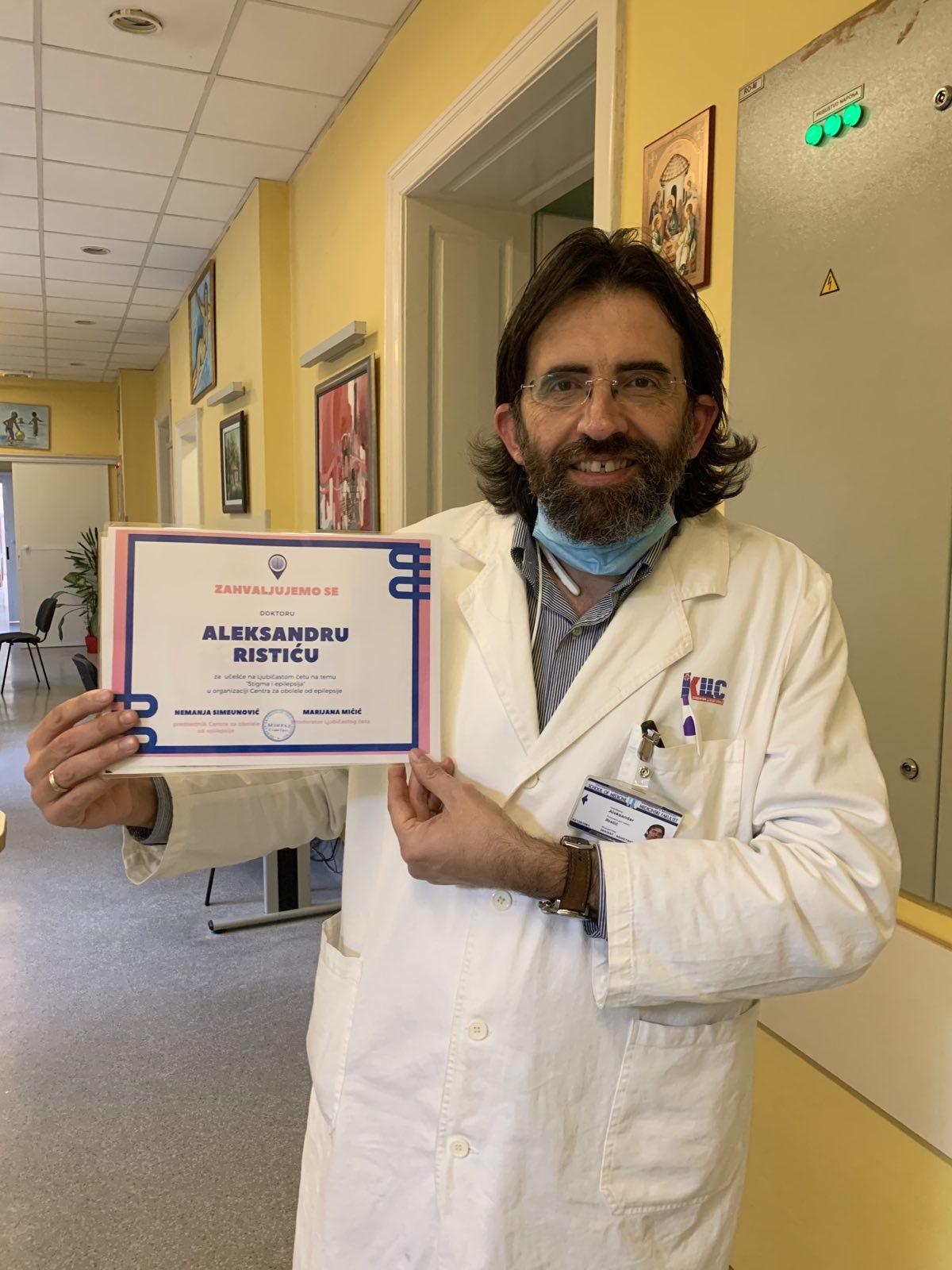 dr-aleksandar-ristic-sa-zahvalnicom-u-rukama-urucenoj-od-strane-udruzenja-centar-za-obolele-od-epilepsije